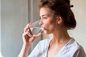 Bebe agua para mantener tu boca limpia