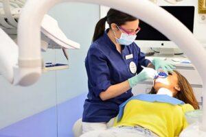 Qué dientes se blanquean en un blanqueamiento dental